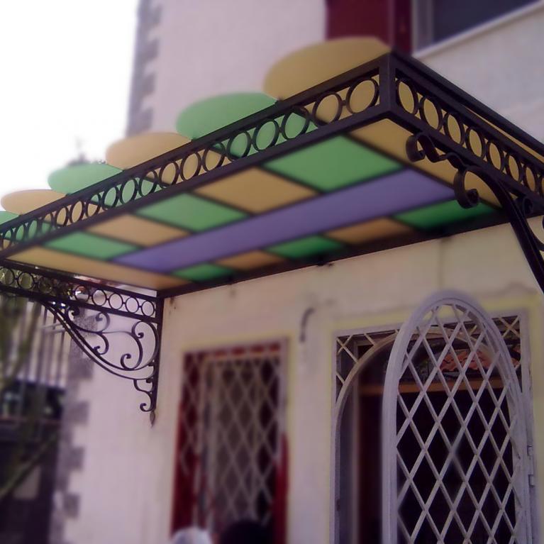 pensilina in ferro battuto con vetri colorati Napoli